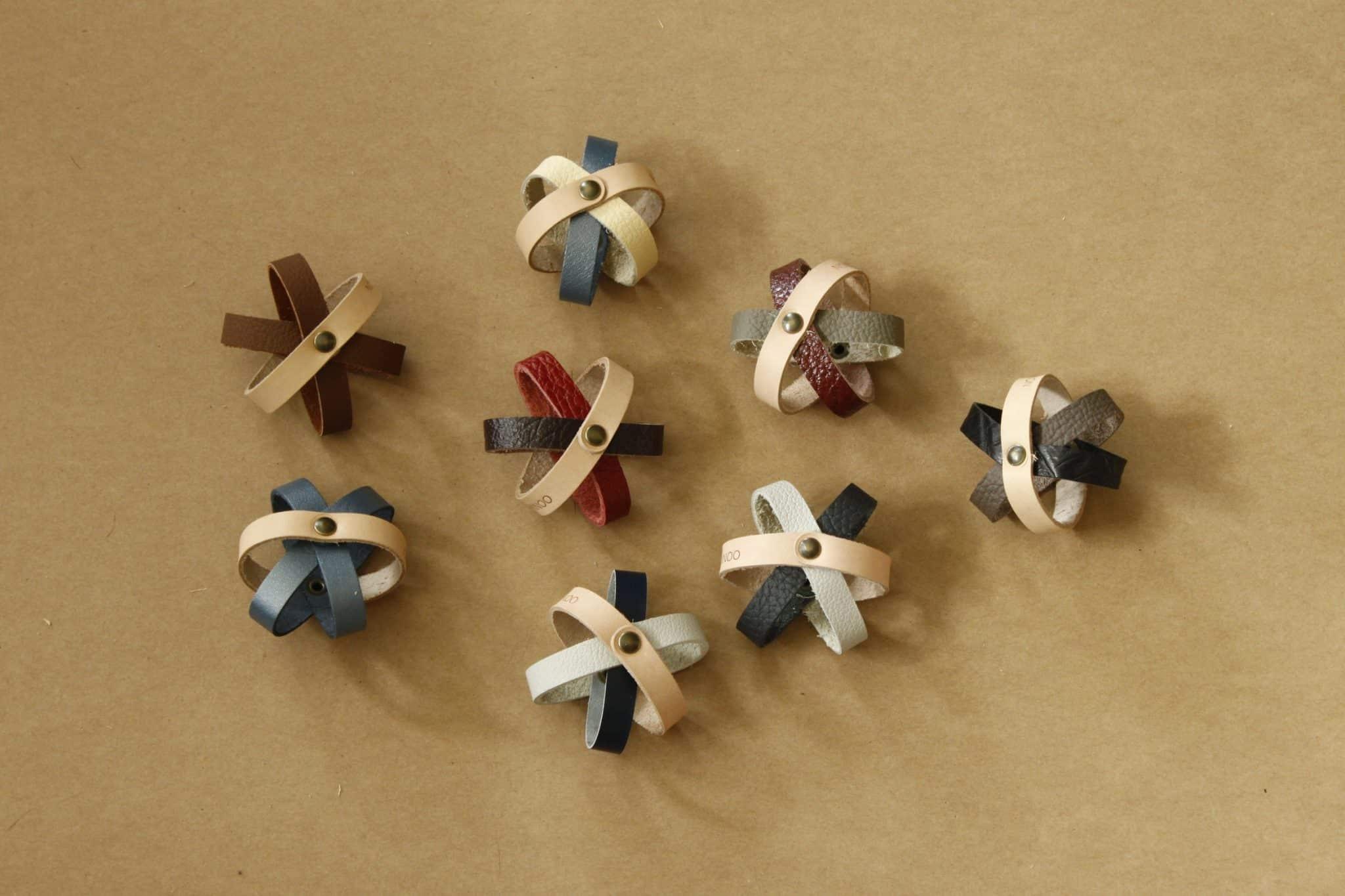 Balloo, une balle qui roule fabriquée à base de chutes de cuir, fait parties des joojoo de la marque d'accessoires pour chats Nominoo